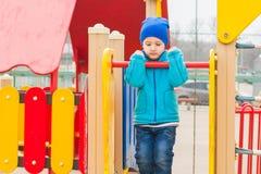 Παιχνίδια αγοριών στην παιδική χαρά Στοκ Εικόνες
