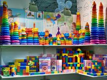 Παιχνίδια για τα μωρά - πλαστικοί κύβοι και πυραμίδες στο κατάστημα Στοκ Φωτογραφία