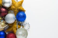 Παιχνίδια και διακόσμηση Χριστουγέννων σε ένα άσπρο υπόβαθρο στοκ εικόνες