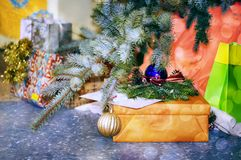 Παιχνίδια και δώρα Χριστουγέννων κάτω από τον κλάδο έλατου Στοκ Εικόνα