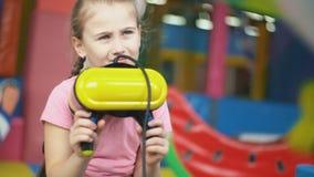 Παιχνίδια κοριτσιών με τα εικονικά γυαλιά απόθεμα βίντεο