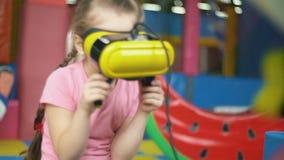 Παιχνίδια κοριτσιών με τα εικονικά γυαλιά φιλμ μικρού μήκους