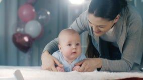 Παιχνίδια μητέρων με το μωρό της απόθεμα βίντεο