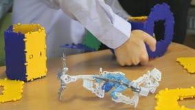 Παιχνίδια μικρών παιδιών που αναπτύσσουν το σχεδιαστή παιχνιδιών στο εσωτερικό φιλμ μικρού μήκους