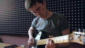 Παιχνίδια μουσικών στην ηλεκτρο κιθάρα στο στούντιο φιλμ μικρού μήκους