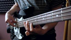 Παιχνίδια μουσικών στη βαθιά κιθάρα στο στούντιο φιλμ μικρού μήκους