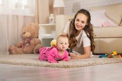 Παιχνίδια νέα μητέρων με ένα μωρό Στοκ φωτογραφία με δικαίωμα ελεύθερης χρήσης