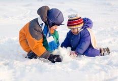 Παιχνίδια παιδιών στο χιόνι Στοκ φωτογραφία με δικαίωμα ελεύθερης χρήσης