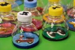 Παιχνίδια παιδιών σχεδίου τέχνης και τεχνών από τα ανακύκλωσης υλικά στοκ φωτογραφίες