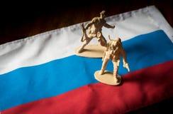 Παιχνίδια στρατιωτών στη εθνική σημαία της Ρωσίας στοκ εικόνες