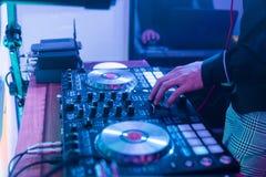 Παιχνίδια του DJ και μουσική μιγμάτων στον ψηφιακό ελεγκτή αναμικτών Ελεγκτής απόδοσης του DJ κινηματογραφήσεων σε πρώτο πλάνο, ψ στοκ εικόνα με δικαίωμα ελεύθερης χρήσης