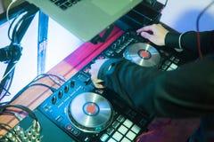 Παιχνίδια του DJ και μουσική μιγμάτων στον ψηφιακό ελεγκτή αναμικτών Ελεγκτής απόδοσης του DJ κινηματογραφήσεων σε πρώτο πλάνο, ψ στοκ εικόνες