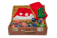 Παιχνίδια Χριστουγέννων στην παλαιά εκλεκτής ποιότητας βαλίτσα που απομονώνεται στο άσπρο υπόβαθρο στοκ εικόνα