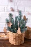 Παιχνίδια Χριστουγέννων στο δέντρο γουνών κλάδων στο άσπρο ξύλινο backgrou Στοκ φωτογραφίες με δικαίωμα ελεύθερης χρήσης