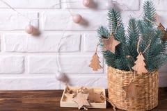 Παιχνίδια Χριστουγέννων στο δέντρο γουνών κλάδων στο ξύλινο υπόβαθρο Στοκ φωτογραφία με δικαίωμα ελεύθερης χρήσης