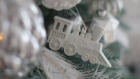 Παιχνίδια Χριστουγέννων στο δέντρο με το χιόνι και τις γιρλάντες φιλμ μικρού μήκους