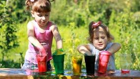 Παιχνίδια, ψυχαγωγία και πειράματα για τα παιδιά στις διακοπές, τα γενέθλια και τις εκπαιδευτικές δραστηριότητες απόθεμα βίντεο