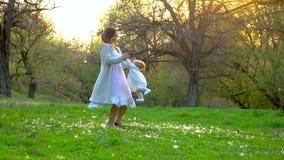 Παιχνίδια Mom με την λίγη κόρη στο πάρκο απόθεμα βίντεο