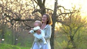 Παιχνίδια Mom με την λίγη κόρη στο πάρκο φιλμ μικρού μήκους