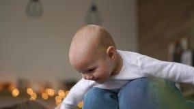 Παιχνίδια Mom με το μωρό στην άσπρη κορυφή δεξαμενών που βρίσκονται στο κρεβάτι, μωρό που πετά και που γελά Χρονικό σφάλμα να παί φιλμ μικρού μήκους