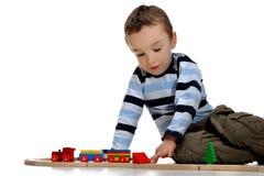 Παιχνίδι αγοριών με ένα σύνολο τραίνων Στοκ εικόνα με δικαίωμα ελεύθερης χρήσης