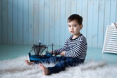 Παιχνίδι αγοριών με μια βάρκα Στοκ Εικόνα
