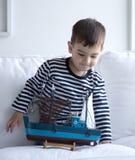 Παιχνίδι αγοριών με μια βάρκα Στοκ Εικόνες