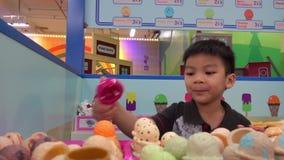 Παιχνίδι αγοριών με την αίθουσα παγωτού παιχνιδιών παιδικών χαρών φιλμ μικρού μήκους