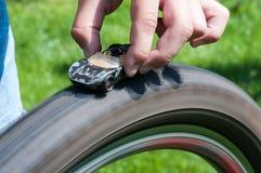 Παιχνίδι αγοριών με το παιχνίδι αυτοκινήτων Στοκ εικόνα με δικαίωμα ελεύθερης χρήσης