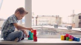 Παιχνίδι αγοριών με το παιχνίδι δομικών μονάδων απόθεμα βίντεο