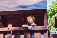 Παιχνίδι αγοριών με fidget τον κλώστη Περιστρεφόμενος κλώστης παιδιών στην παιδική χαρά ανασκόπηση που θολώνεται Στοκ Φωτογραφία