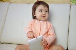Παιχνίδι αγοριών μικρών παιδιών με την ψηφιακή ταμπλέτα στον καναπέ στο σπίτι στοκ φωτογραφία