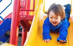 Παιχνίδι αγοριών μικρών παιδιών στην παιδική χαρά Στοκ Φωτογραφία