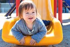 Παιχνίδι αγοριών μικρών παιδιών στην παιδική χαρά Στοκ φωτογραφίες με δικαίωμα ελεύθερης χρήσης