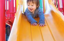 Παιχνίδι αγοριών μικρών παιδιών στην παιδική χαρά Στοκ εικόνα με δικαίωμα ελεύθερης χρήσης