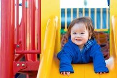 Παιχνίδι αγοριών μικρών παιδιών στην παιδική χαρά Στοκ εικόνες με δικαίωμα ελεύθερης χρήσης