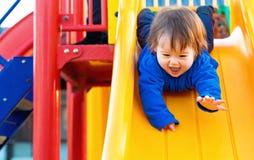 Παιχνίδι αγοριών μικρών παιδιών στην παιδική χαρά Στοκ φωτογραφία με δικαίωμα ελεύθερης χρήσης