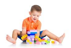 Παιχνίδι αγοριών παιδιών με το σύνολο κατασκευής Στοκ φωτογραφία με δικαίωμα ελεύθερης χρήσης