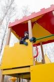 Παιχνίδι αγοριών σε μια παιδική χαρά παιδιών ` s Στοκ φωτογραφία με δικαίωμα ελεύθερης χρήσης