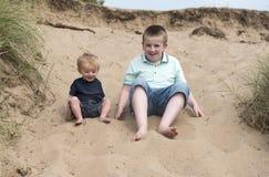 Παιχνίδι αγοριών στην άμμο με τον αδελφό μωρών δύο ετών παιδιών Στοκ εικόνα με δικαίωμα ελεύθερης χρήσης