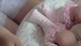Παιχνίδι αγοριών υπό την προεδρία της αδελφής μωρών και λίκνισμα την φιλμ μικρού μήκους