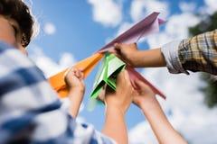παιχνίδι αεροπλάνων εγγράφου κατσικιών Στοκ φωτογραφία με δικαίωμα ελεύθερης χρήσης