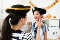 Παιχνίδι αποκριές κοριτσιών και μητέρων makeup Στοκ εικόνες με δικαίωμα ελεύθερης χρήσης
