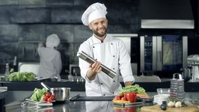 Παιχνίδι αρχιμαγείρων χαμόγελου με την πιπεριέρα στον εργασιακό χώρο Ευτυχής εργαζόμενος που προετοιμάζεται να μαγειρεψει απόθεμα βίντεο