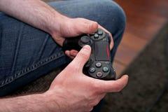Παιχνίδι ατόμων, εστίαση στον ελεγκτή παιχνιδιών στοκ εικόνες