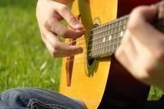 παιχνίδι ατόμων κιθάρων Στοκ Φωτογραφία