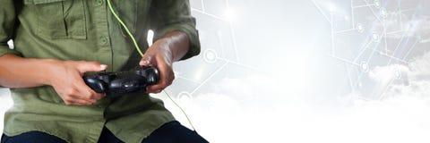 παιχνίδι ατόμων με τον ελεγκτή παιχνιδιών στον υπολογιστή με το φωτεινό υπόβαθρο Στοκ εικόνες με δικαίωμα ελεύθερης χρήσης