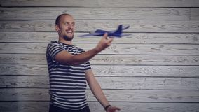 Παιχνίδι ατόμων με το αεροπλάνο φιλμ μικρού μήκους