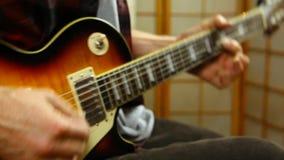 Παιχνίδι ατόμων σε μια ηλεκτρική κιθάρα απόθεμα βίντεο