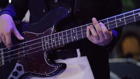 Παιχνίδι ατόμων στη βαθιά ηλεκτρική κιθάρα απόθεμα βίντεο